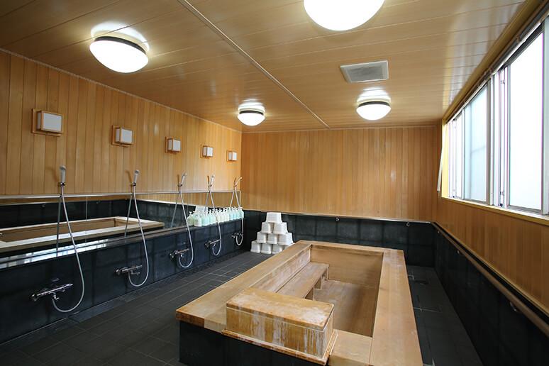 精神科救急病棟にある檜風呂大浴場