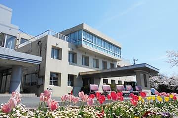チューリップが咲き誇る病院玄関